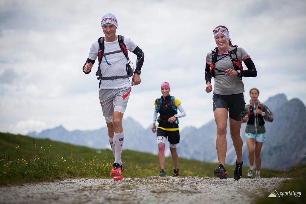Die Trailrunning-Gruppe auf der Originalstrecke des Karwendelmarschs zwischen Karwendelhaus und Falkenhütte. Foto: www.sportalpen.com